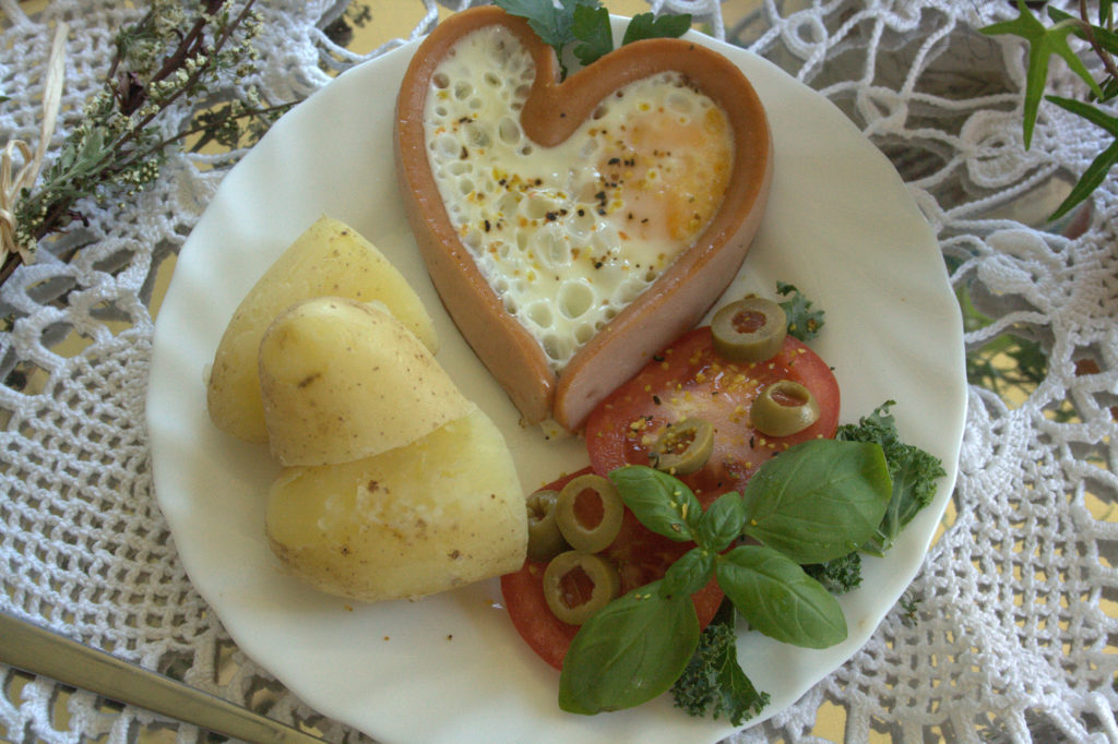 jak zrobić serca z parówek i jajka