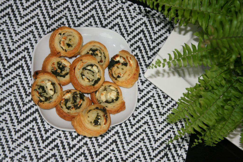 łatwa przekąska ślimaczki z ciasta francuskiego ze szpinakiem i serem feta